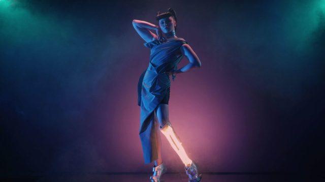 Show transhumaniste, membre bionique, jambe en néon