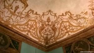 Bologna, Palazzo Isolani, Sala degli Specchi, soffitto arabeschi dorati