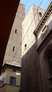 Bologna, Torre Guidozagni con sullo sfondo la Torre Prendiparte