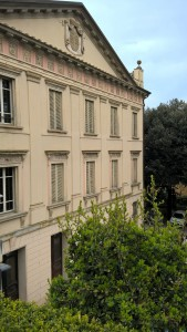Villa Spada, facciata con simbolo casato