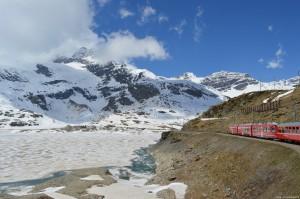 Il Trenino Rosso del Bernina tra le montagne del Bernina ed il lago Bianco