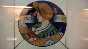 Museo della Ceramica di Faenza, piatto con ritratto femminile, maiolica faentina