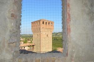 Il Castello di Vignola, vista sulla torre nonantolana dal camminamento di ronda