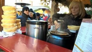 Brunico, zuppa nella ciotola di pane al mercatino natalizio