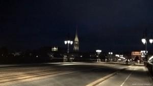 Bordeaux, Porte de Bourgogne fotografata di sera dal Pont de Pierre