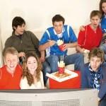 Gruppo di amici che guardano la TV.