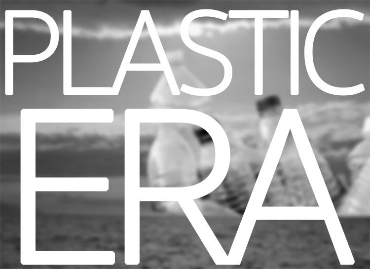 Bottiglie di plastica come se fossero delle isole nel mare infinito