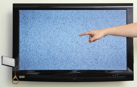 Televisore creato fuori dalla terra, che si accende tirando una corda.