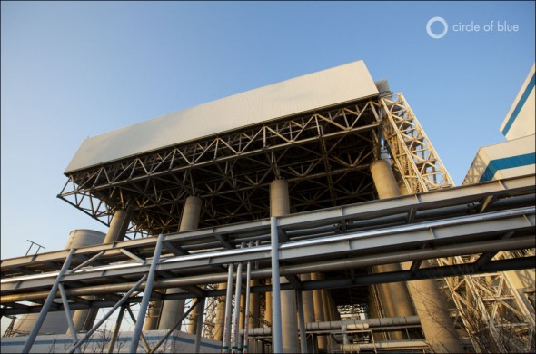 空气冷却电厂是中国煤电行业的新面孔,正如宁夏的灵武电厂,每年节省数亿加仑的水资源。