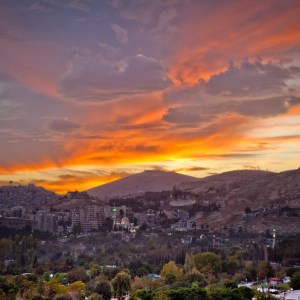 https://upload.wikimedia.org/wikipedia/commons/f/fe/Sunset_clouds_in_Damascus.jpg