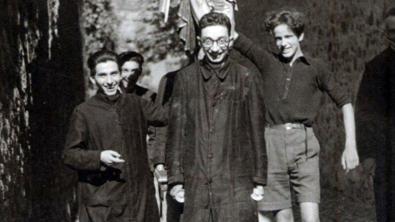 """Foto di don Giovanni Fornasini sorridente, alla sua destra don Vannini, alla sua destra """"Lollo"""" Predieri"""