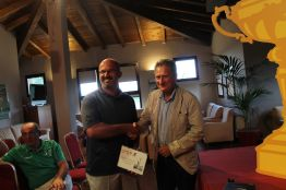 Michele Contento premia Gozzi Rinaldo CUS Parma 1° netto 1a cat