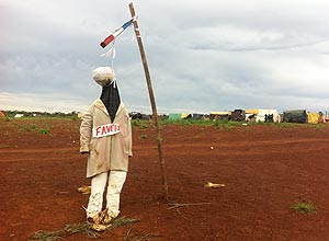 Boneco de fazendeiro brasileiro enforcado simboliza tensão com sem-terra no Paraguai | João Fellet/BBC Brasil
