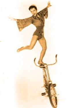 Lilly Yokoï  - en équilibre sur la selle
