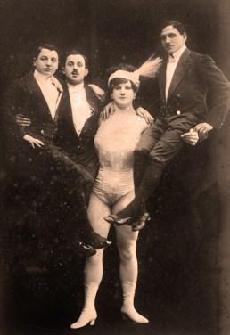 Katie -photo avec trois partenaires