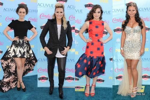 Lily Collins (arranca essa parte de trás da saia, muda esse cabelo), Demi Lovato (só imaginando como foi entrar, e permanecer nessa calça), Hailee Steinfeld (mais uma que precisava ter deixado uma parte da roupa em casa) e J Wooww (que é isso mulher?)