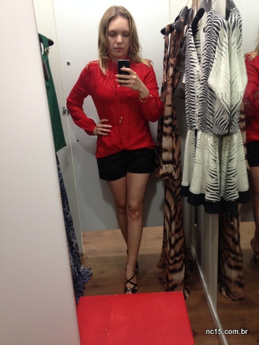 Look 2: camisa vermelha e shorts preto