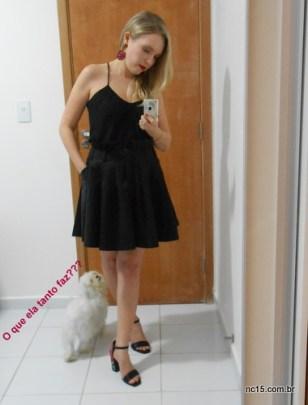 eu com um vestido preto e sandália arezzo