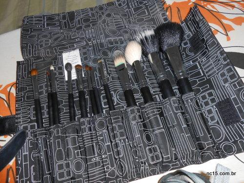 Agora sim, todos meus pincéis de maquiagem lavados e guardados no rolo