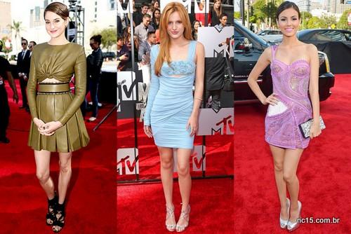 Shailene Woodley de Balmain verde, Bella Thorne de azul e Victoria Justice de pink.