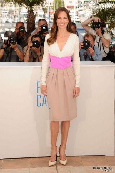 Hilary Swank usa vestido branco, com rosa e bege em photocall