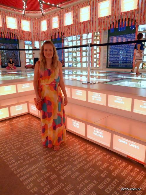 Na Casa do Frevo em Recife usando vestido com estmpa de maxi flores da loja Misslolla