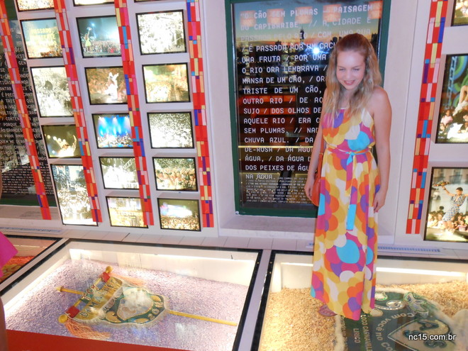 Na Casa do Frevo em Recife usando vestido com estampa de maxi flores da Misslolla