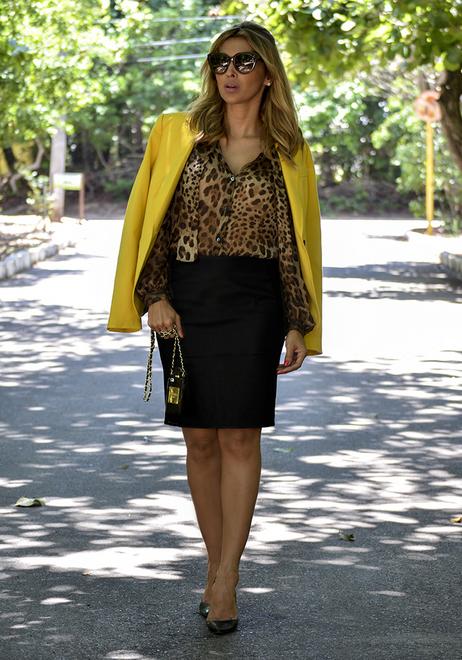 A blogueira Ju Flor apostando na camisa de animal print com saia preta e blezer amarelo para dar um charme