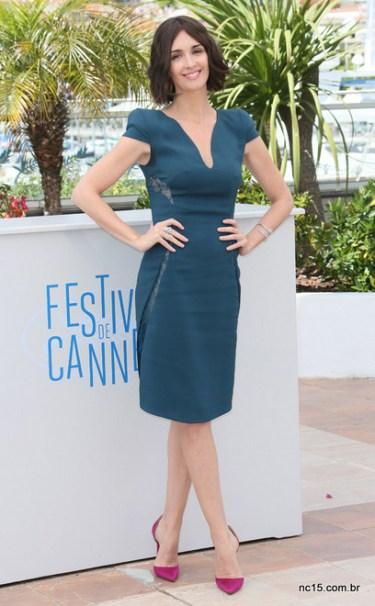 Paz Vega de vestido verde e sapato rosa em photocall em Cannes