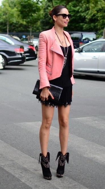 Gente, o que é essa jaqueta rosa?! Veio para quebrar o tom sexy do vestido preto e bota fashionista