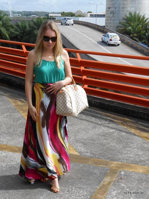 Saia longa estampada usada com blusa verde Misslolla, sandália Arezzo e bolsa Louis Vuitton.