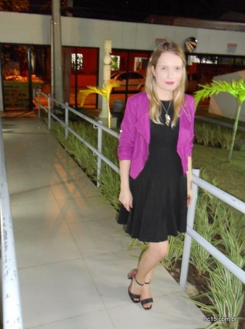 Vestido preto com casaco cor de rosa
