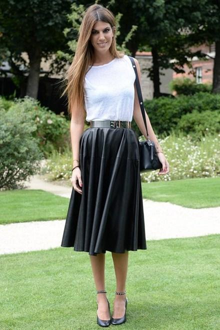 Blusa branca com saia midi preta. Cinto dourado, bolsa e sapato pretos