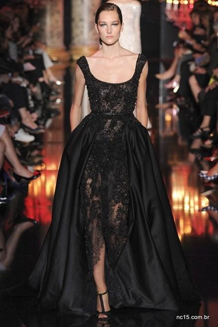 Vestido preto, cheio de bordados, bem Elie Saab de ser na Paris fashion Week Outono Inverno 2014-2015