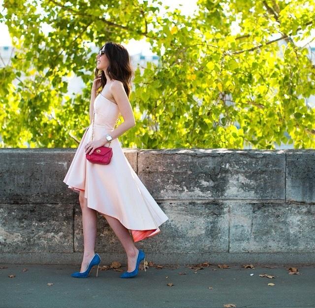 Camila Coutinho veste mullet dress rosa combinado com sapato azul