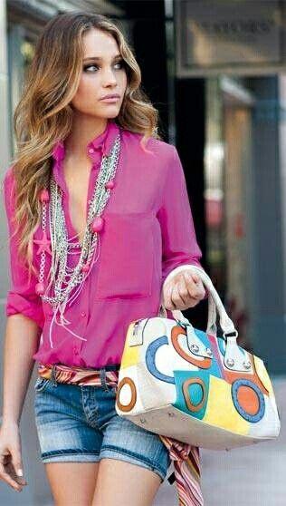 Shorts jeans com blusa rosa