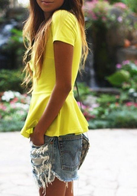 Shorts jeans com blusa amarela