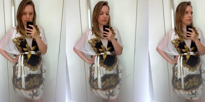 vestido tipo caftam, branco com estampa do fundo do mar