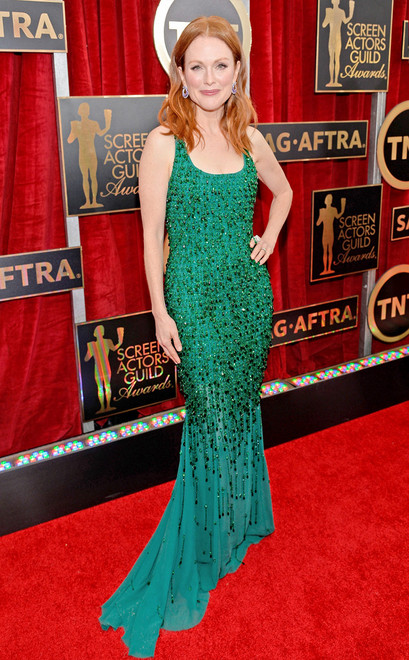 Julianne Moore usa longo verde bordado