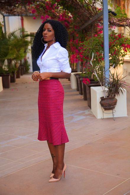 saia lápis rosa com camisa branca