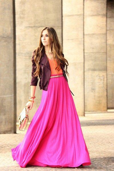 saia rosa longa com blusa laranja e jaqueta marrom