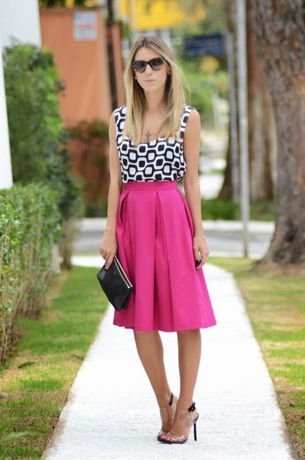saia rosa midi com blusa p&b