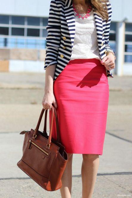 saia lápis rosa com blusa branca e blazer listrado