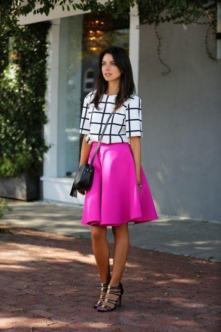 saia rosa na latura do joelho com blusa branca de listras preta