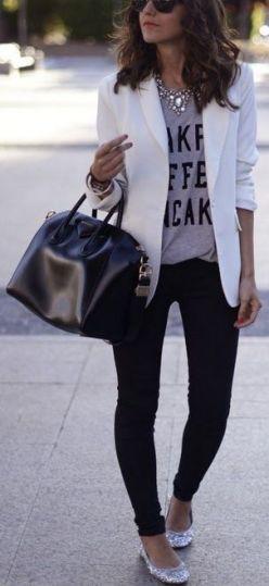 blazer branco, com t-shirt cinza e calça preta
