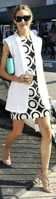 colete branco longo usado sobre vestido preto e branco