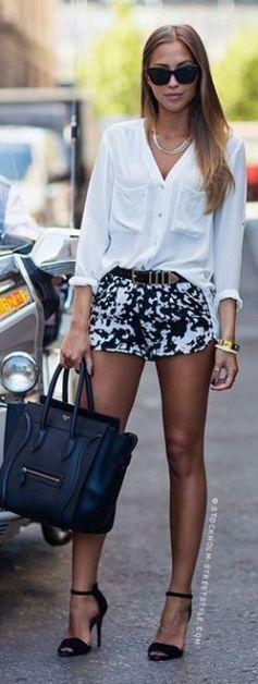 camisa branca usada com shorts de estampa p&b