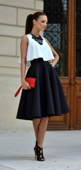 top cropped branco, saia midi preta e bolsa de mão vermelha