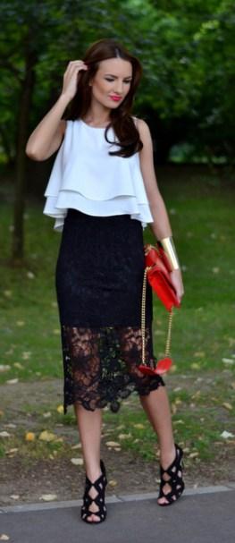 blusa de babados branca com saia de renda preta e bolsa vermelha
