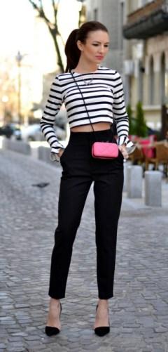 calça preta usada com cropped listrado